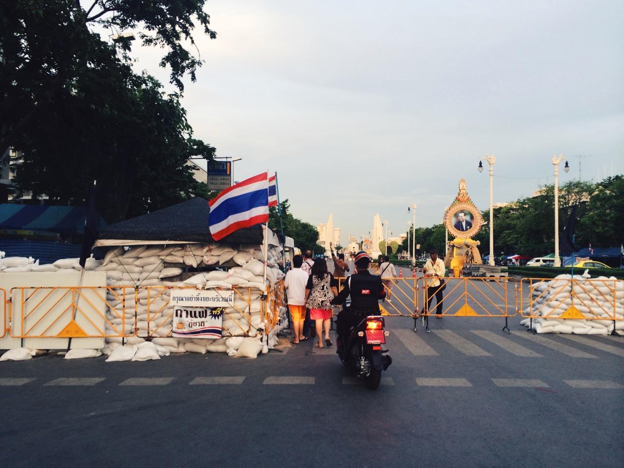 Переворот в Таиланде: Баррикады у Монумента Демократии