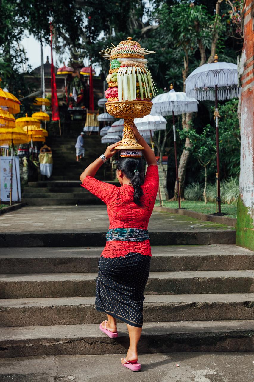 День тишины на Бали: Женщина несет вазу с подношениями на голове