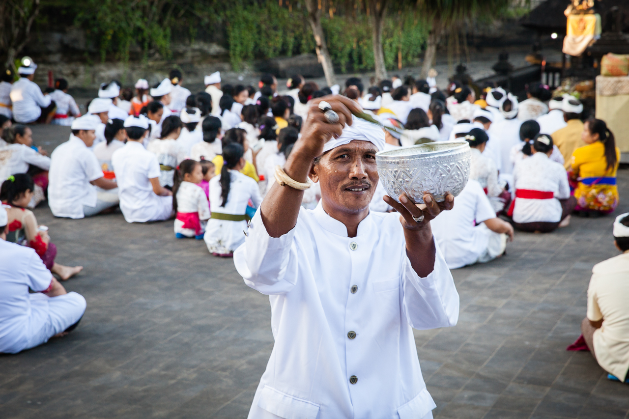 День тишины на Бали: Благословение от служителя храма