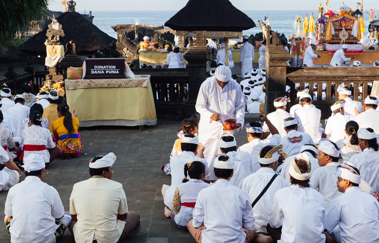 День тишины на Бали: Религиозная церемония на берегу возле Танах Лота
