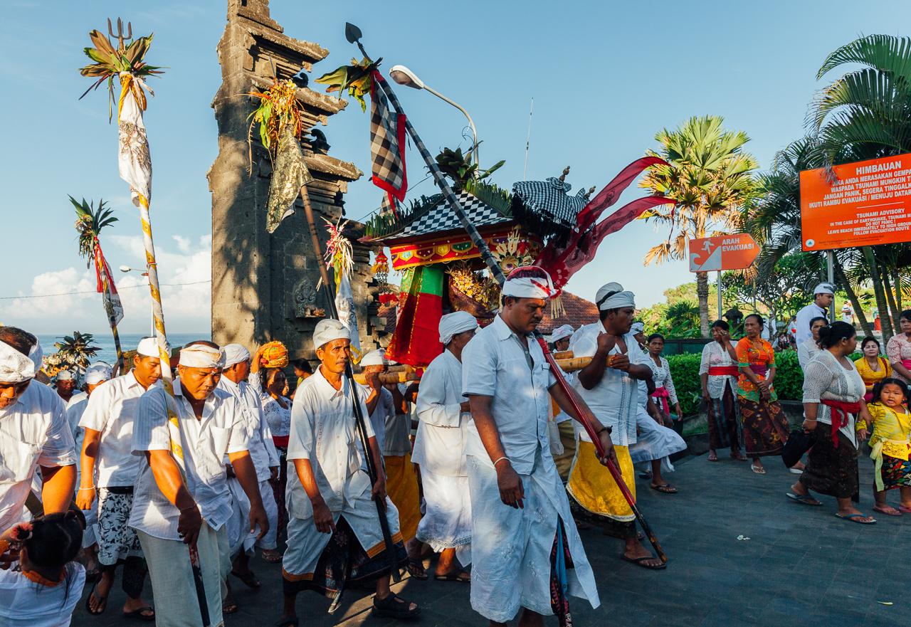 День тишины на Бали: Религиозная процессия выходит из храма