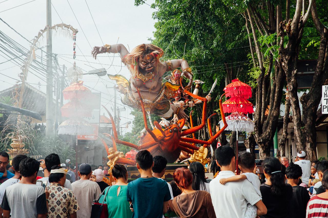 День тишины на Бали: Толпа рассматривает Ого-Ого перед парадом