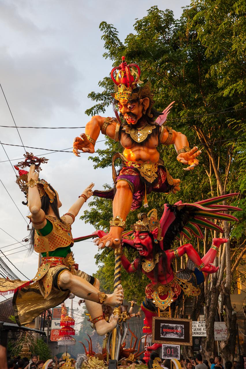 День тишины на Бали: Статуи Ого-Ого