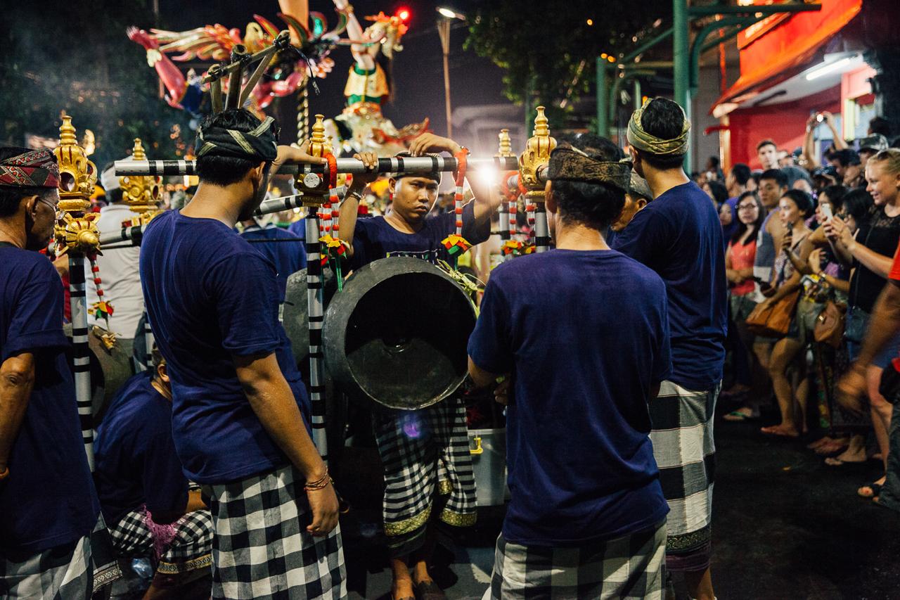 День тишины на Бали: Артисты ждут своего выступления на параде Ого-Ого