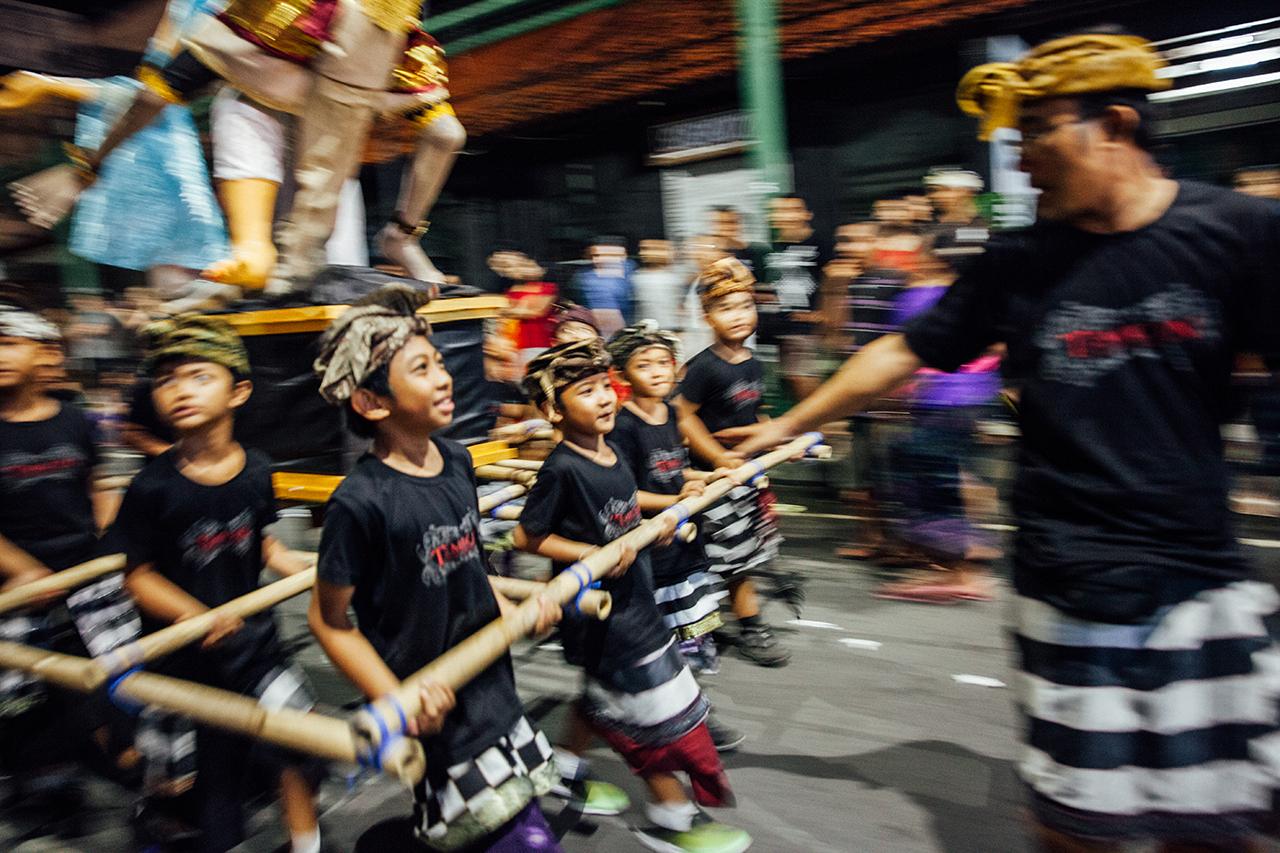 День тишины на Бали: Мальчики несут Ого-Ого на параде
