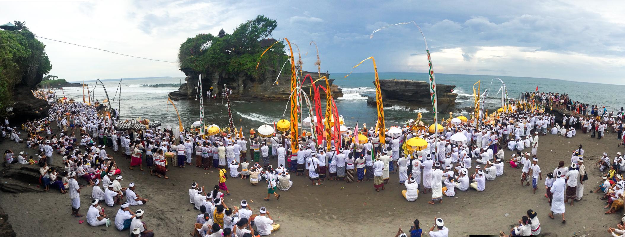 День тишины на Бали: Религиозная церемония возле храма Танах Лот