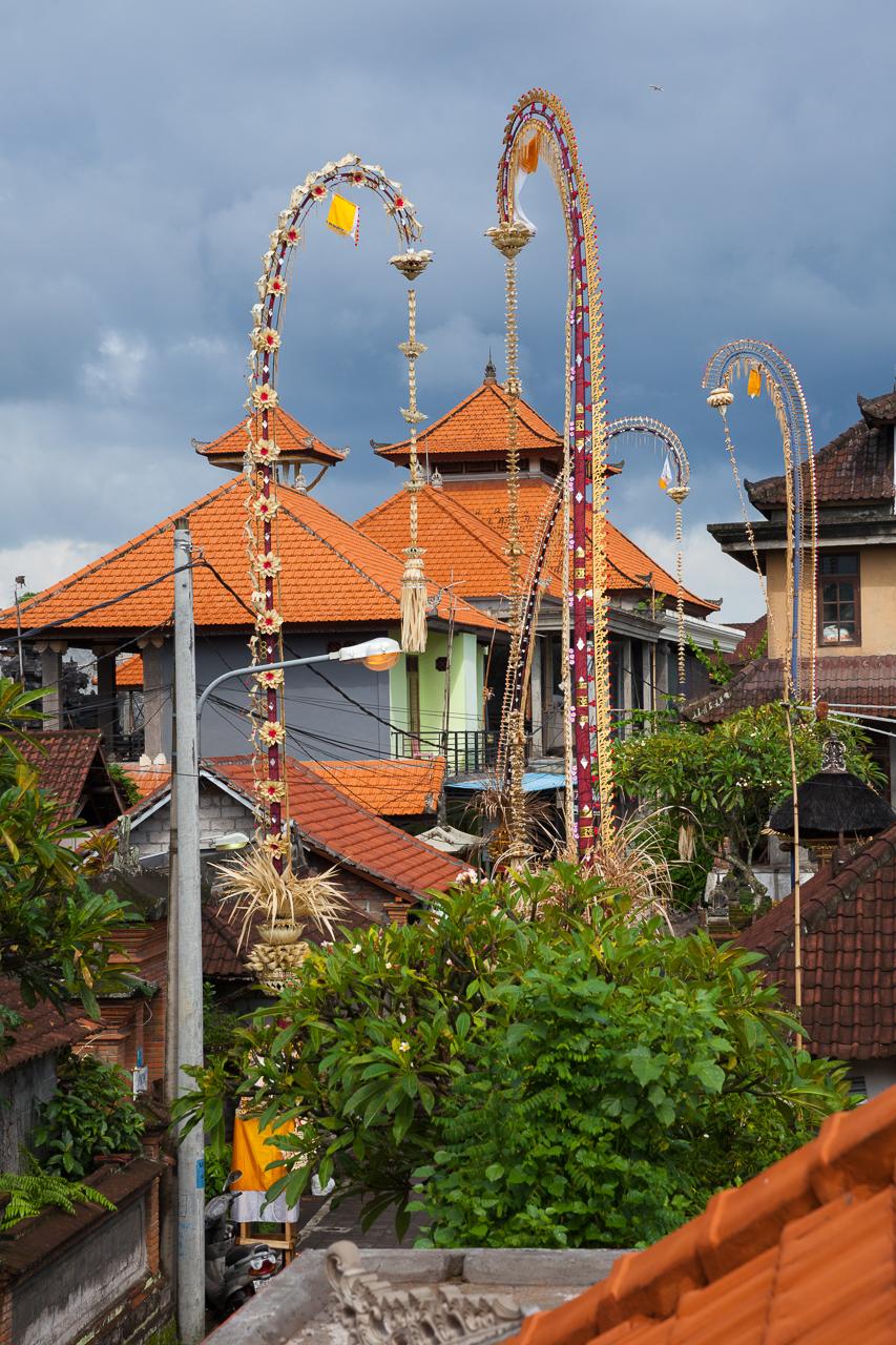 День тишины на Бали: Украшенные шесты к Дню Духов