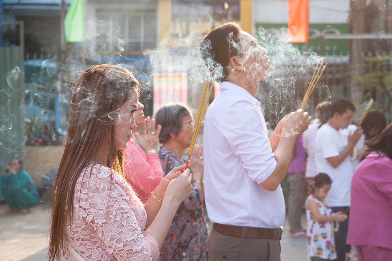 Достопримечательности Хошимина, Вьетнам: Люди молятся в храме Куок Ту
