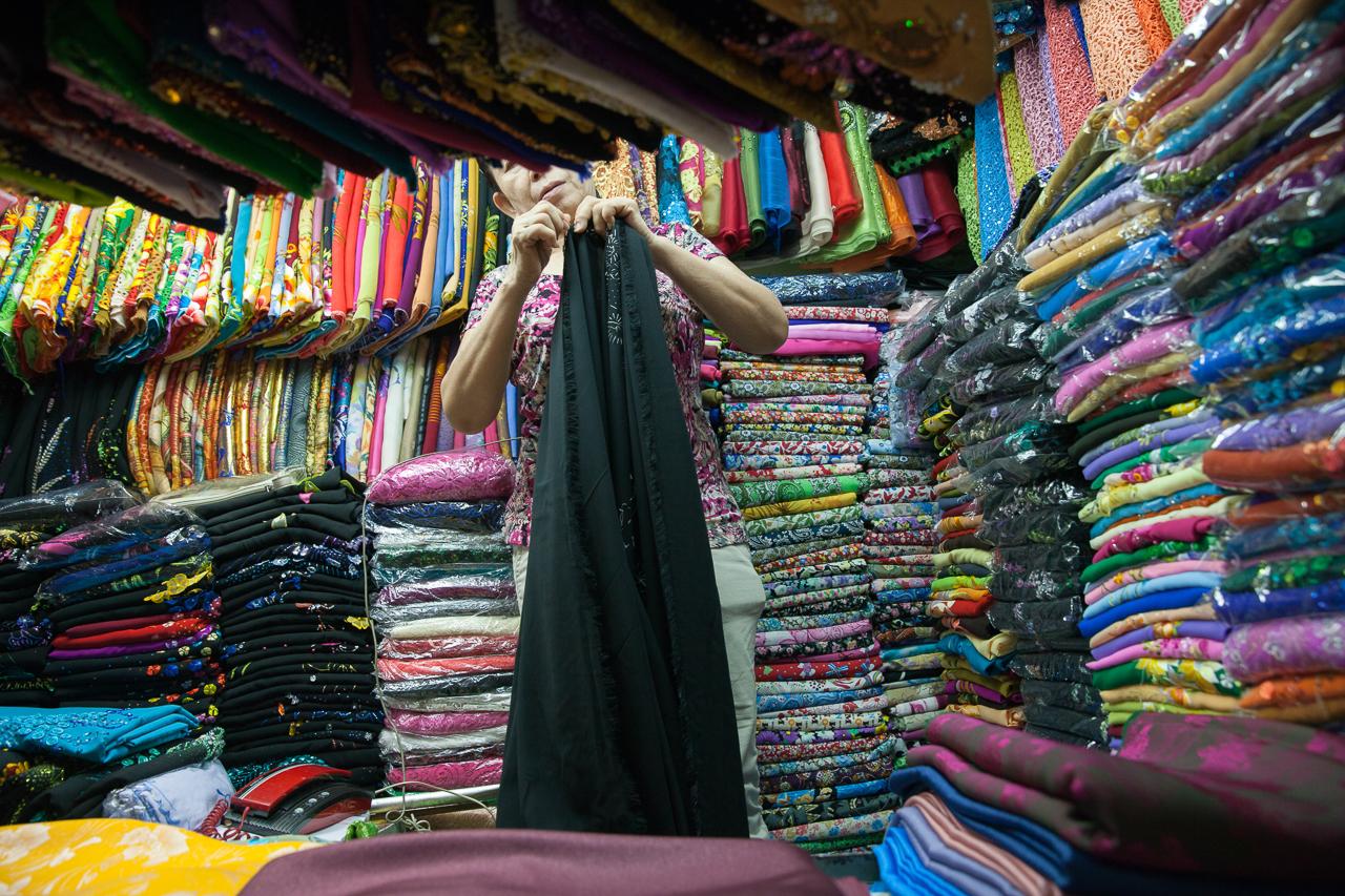 Достопримечательности Хошимина, Вьетнам: Продавщица на рынке Бен Тхань