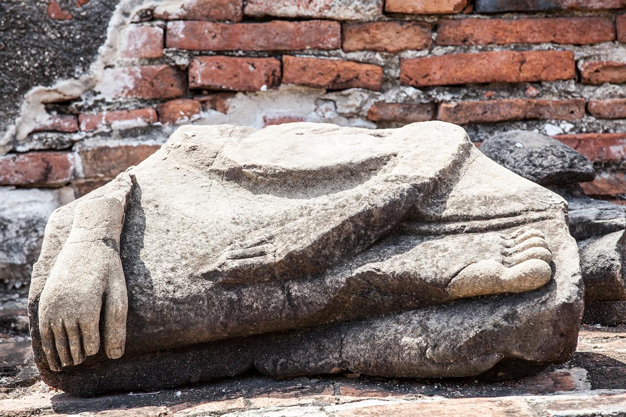 Путешествие по Таиланду, Аюттхая: Остатки разрубленной статуи Будды