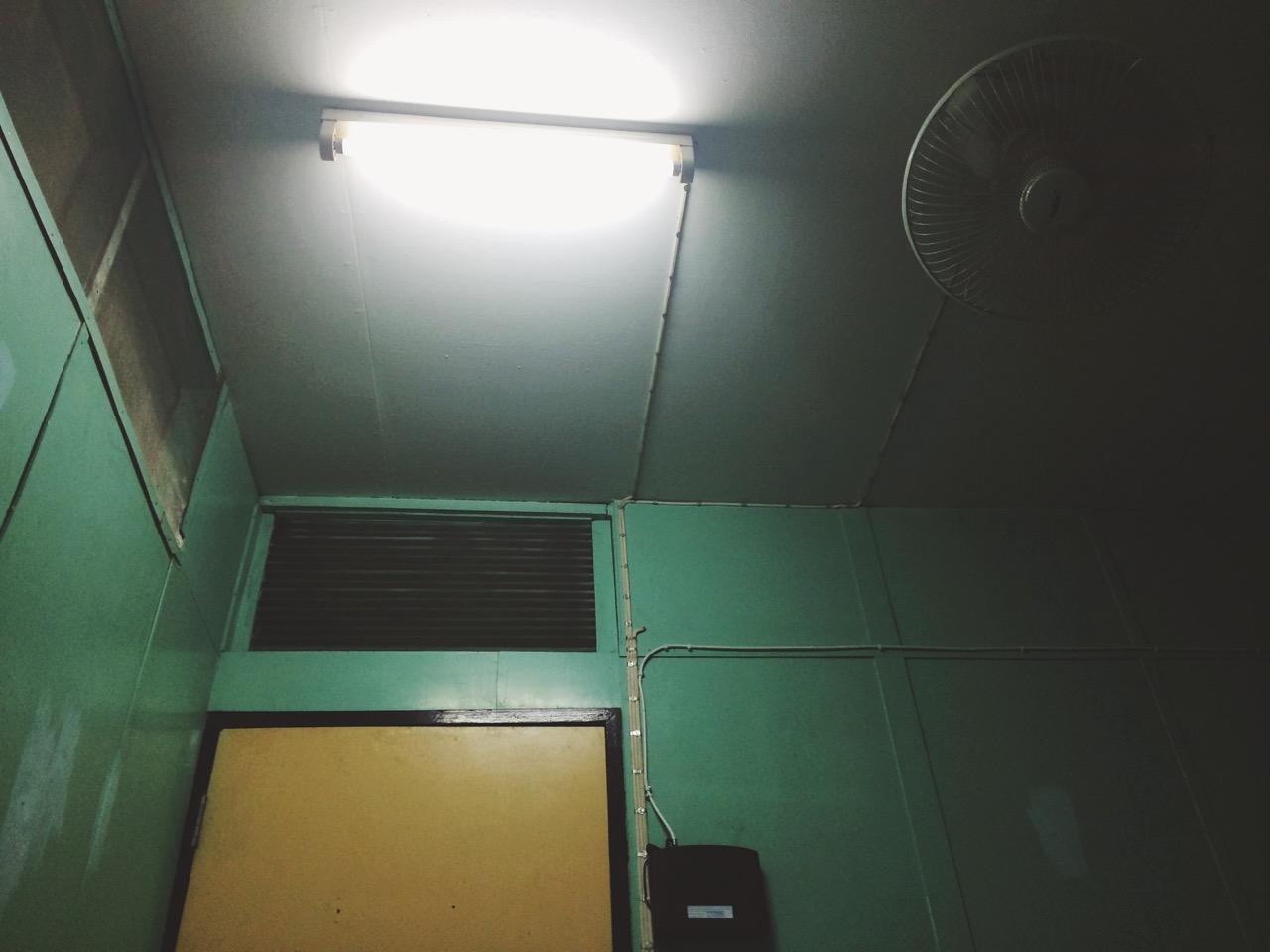 Путешествие по Таиланду, Бангкок: Типичная комната бюджетного гестхауса
