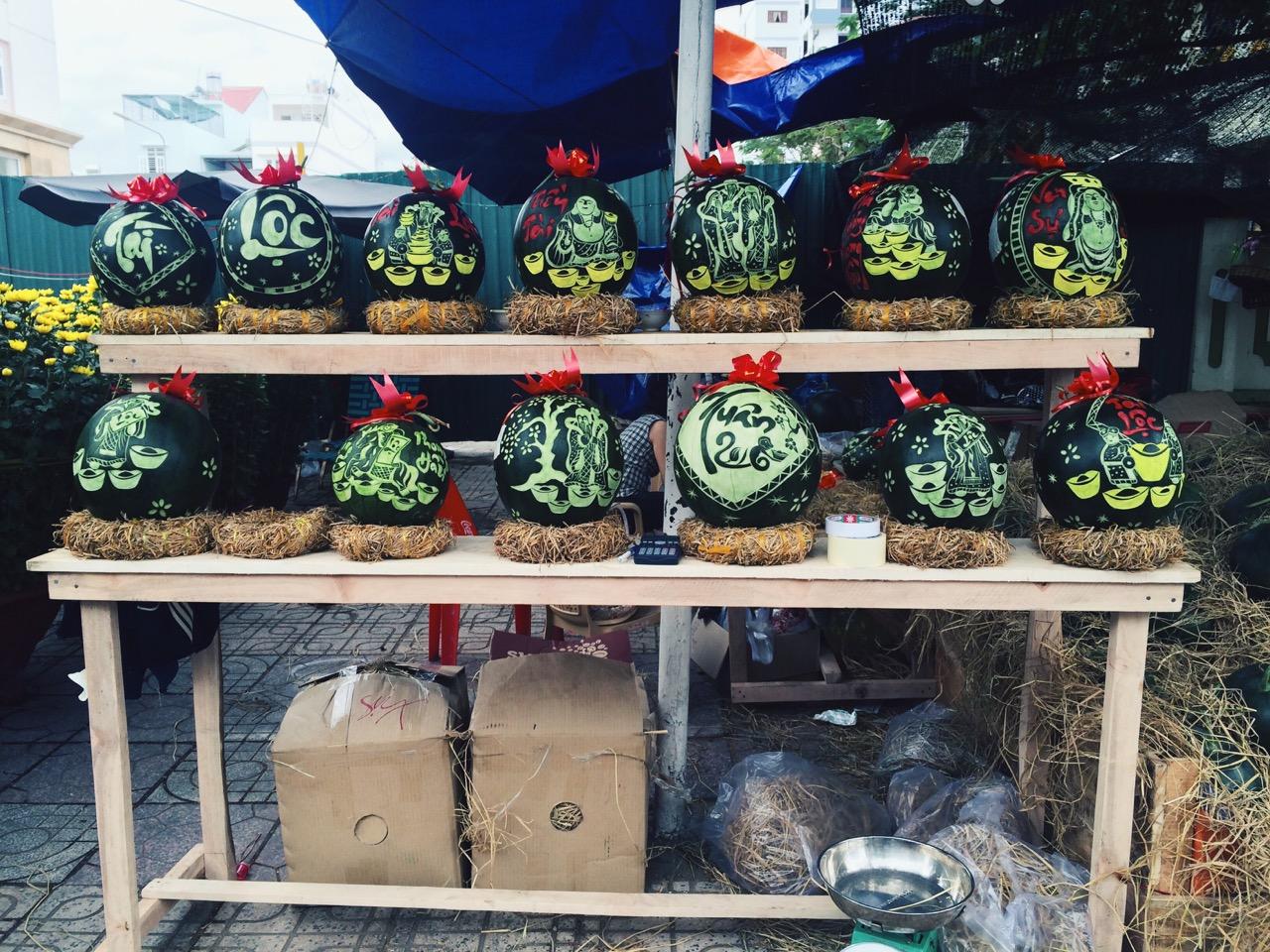 Вьетнамский Новый год: Арбузы с фигурной резьбой по кожуре на новогоднем базаре