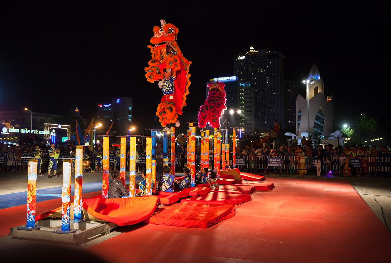 Вьетнамский Новый год: Танец льва на шестах