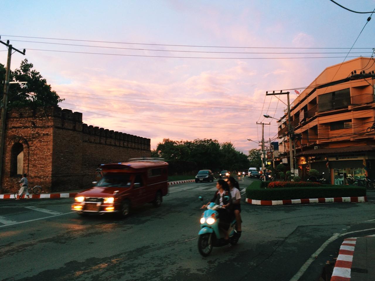 Путешествие по Таиланду, Чиангмай: Крепостная стена Старого Города (слева)
