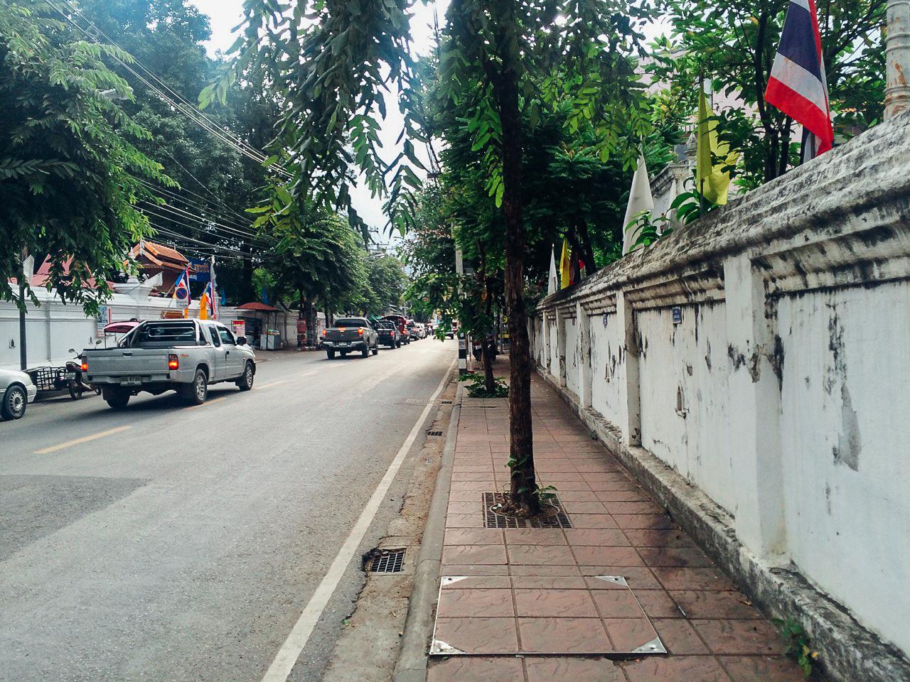 Путешествие по Таиланду, Чиангмай: Улица Старого Города — храмы с обоих сторон