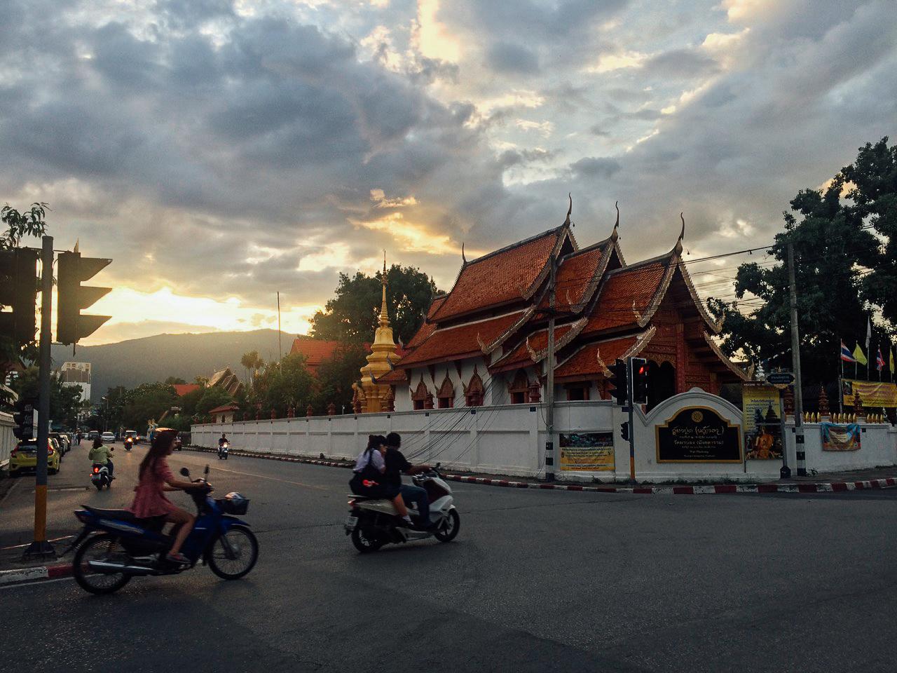 Путешествие по Таиланду, Чиангмай: Красивый закат, храм и горы на горизонте