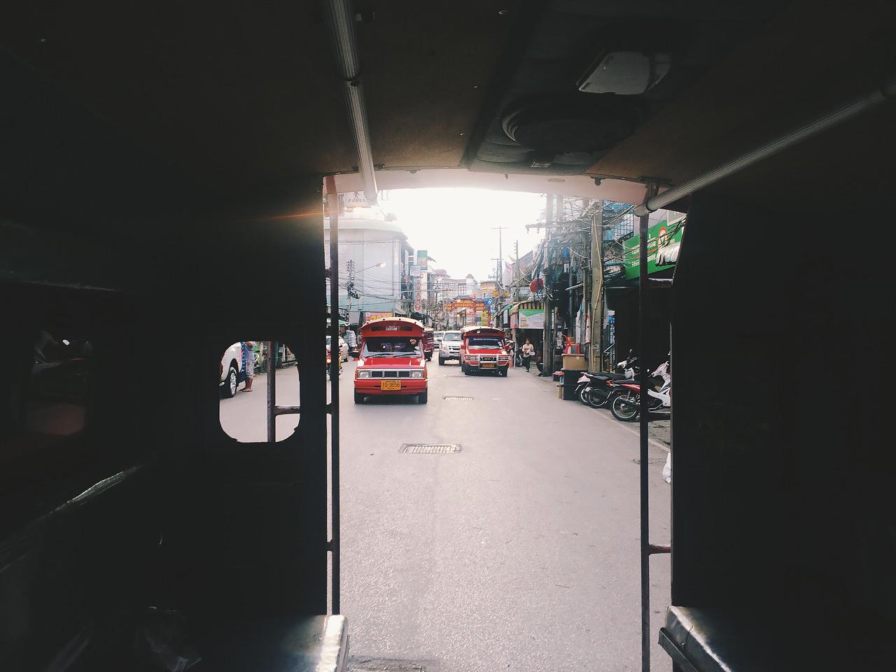 Путешествие по Таиланду, Чиангмай: Вид на сонгтео из кузова другого сонгтео