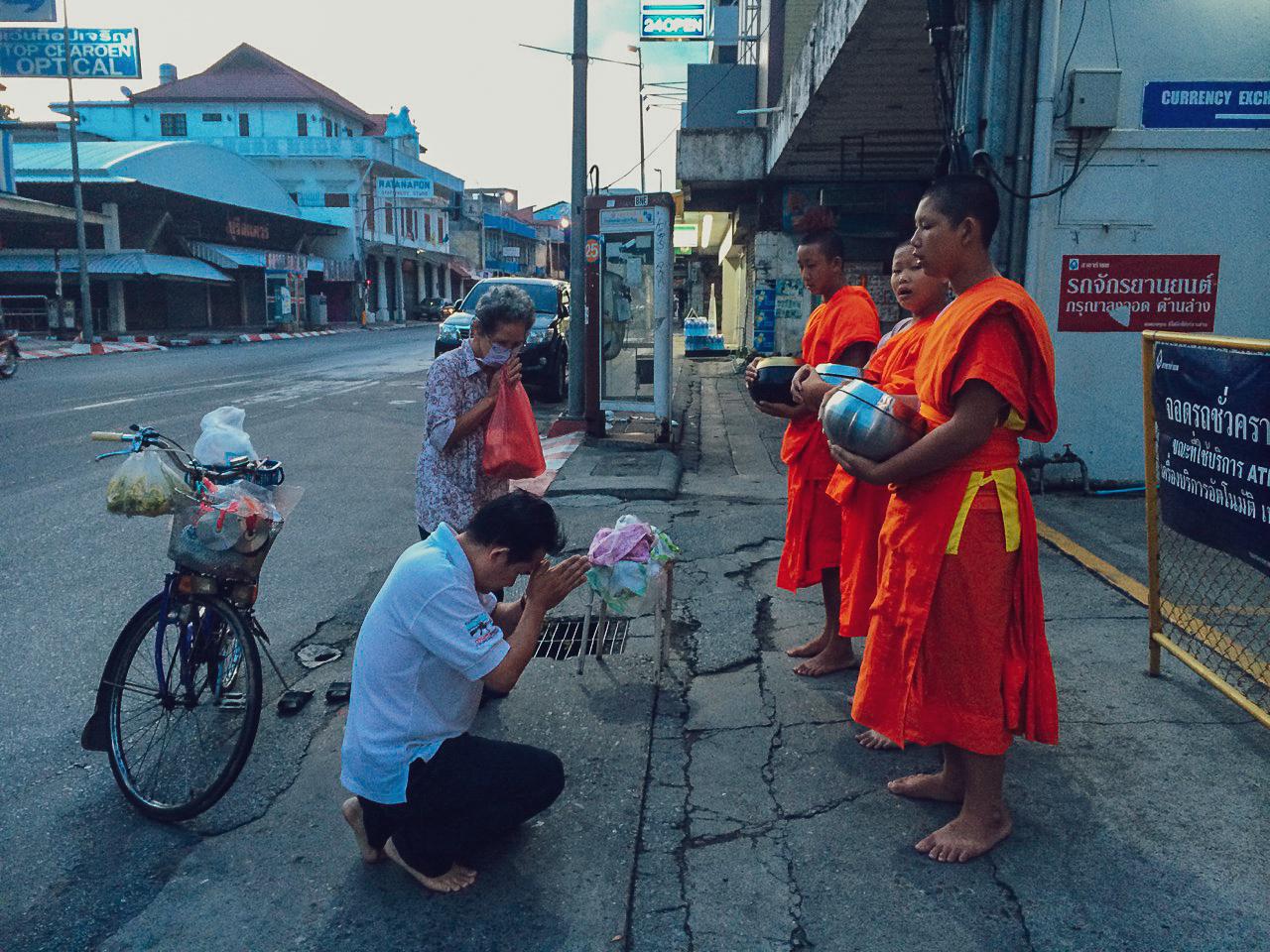 Путешествие по Таиланду, Чиангмай: Ритуал утреннего подношения монахам