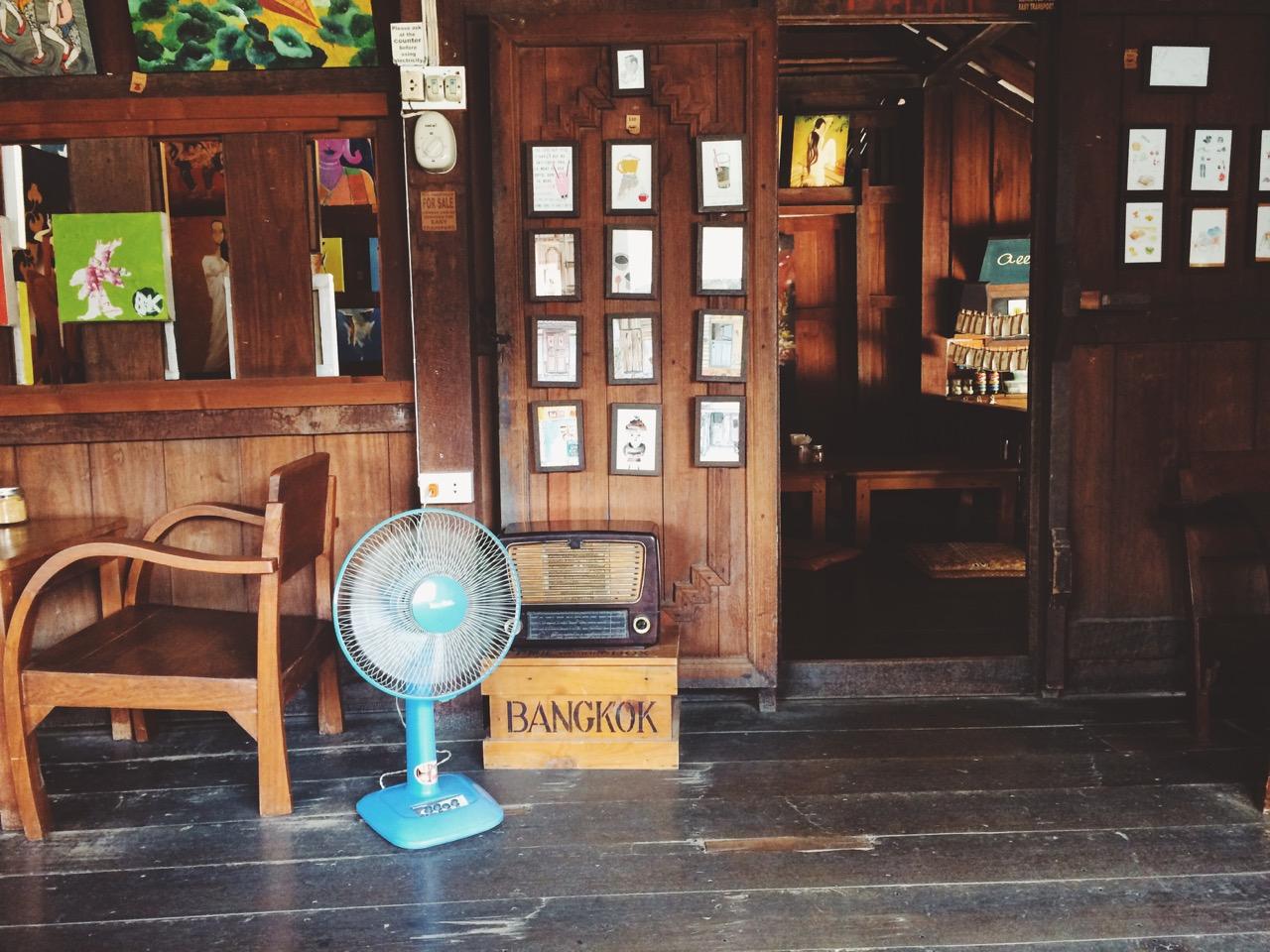 Путешествие по Таиланду, Пай: Кафешка внутри одного из деревянных домов