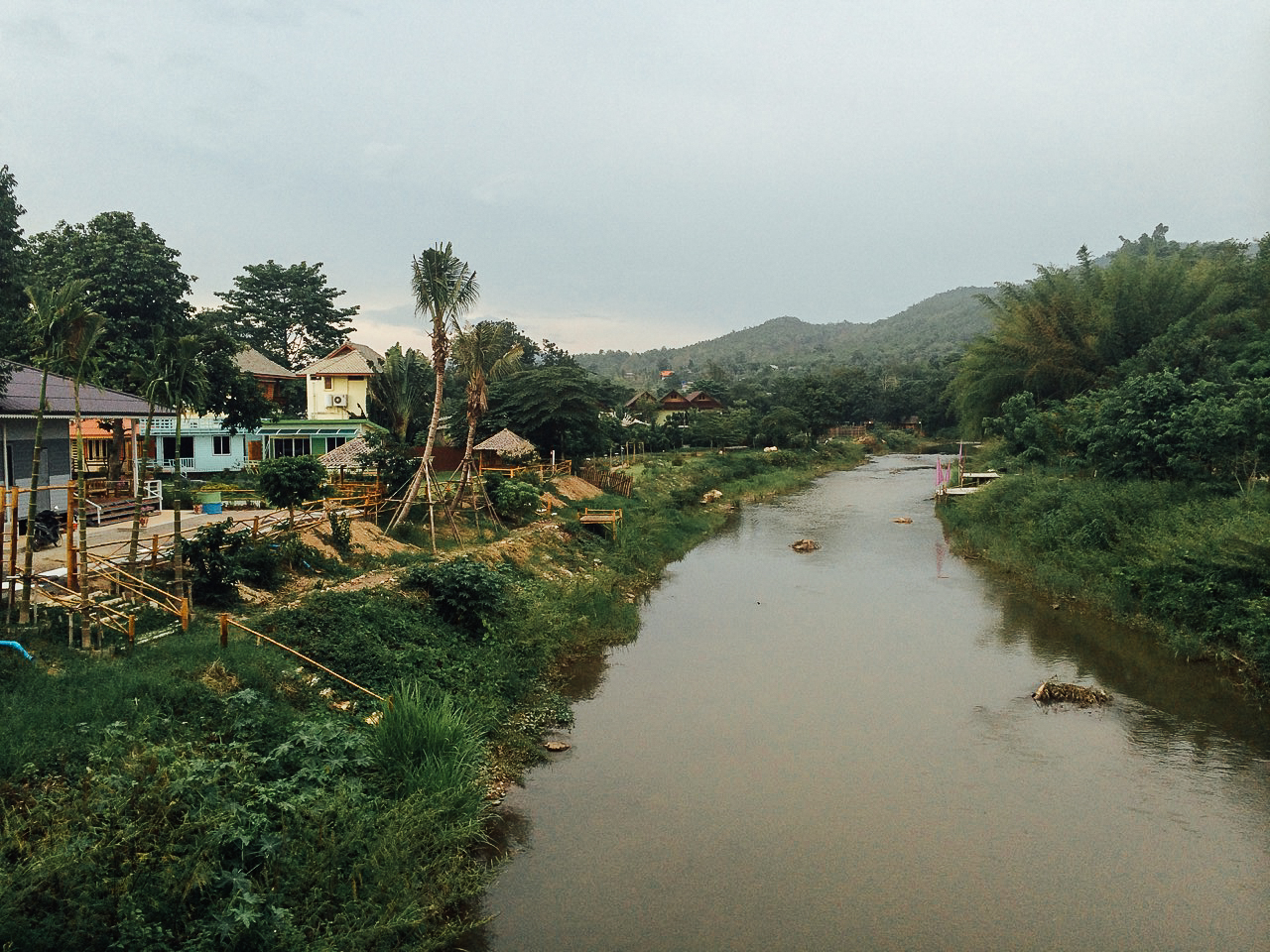 Путешествие по Таиланду, Пай: Домики у реки